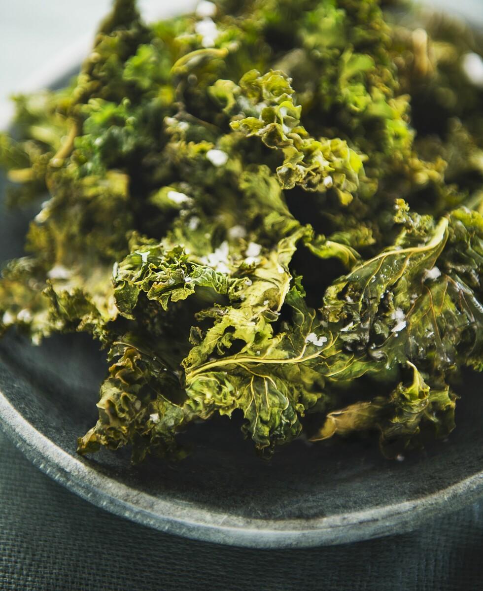 TEST FØRST: De ser kanskje ikke så digge ut, men prøv før du avskriver grønnkålchipsen. De inneholder 36 kalorier per 100 gram! Foto: StockFood