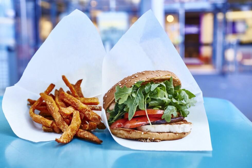 SØTPOTETCHIPS: Vegetarburger med sunnere chips kutter kraftig ned på kaloriene. Lager du i tillegg brødet selv, så snakker vi! Foto: Bon Appetit