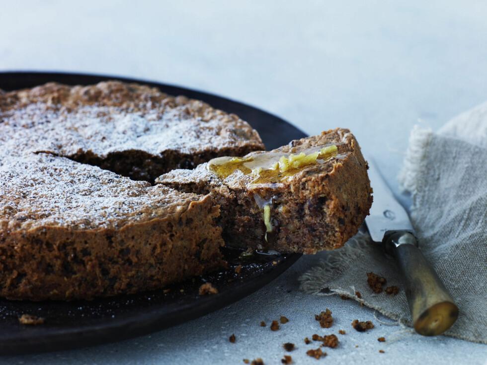 SJOKOLADEKAKE: Denne sjokoladekaken med ingefær- og appelsinsirup vil garantert imponere gjestene dine!  Foto: All Over Press