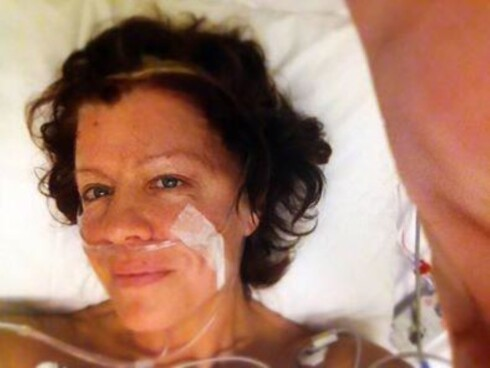 NYOPERERT: Her har Vibeke nettopp våknet etter sin første operasjon. Den ble ikke vellykket og åtte dager senere ble hun operert på nytt for å få vekk alt av hjernesvulsten. Foto: Foto: Privat