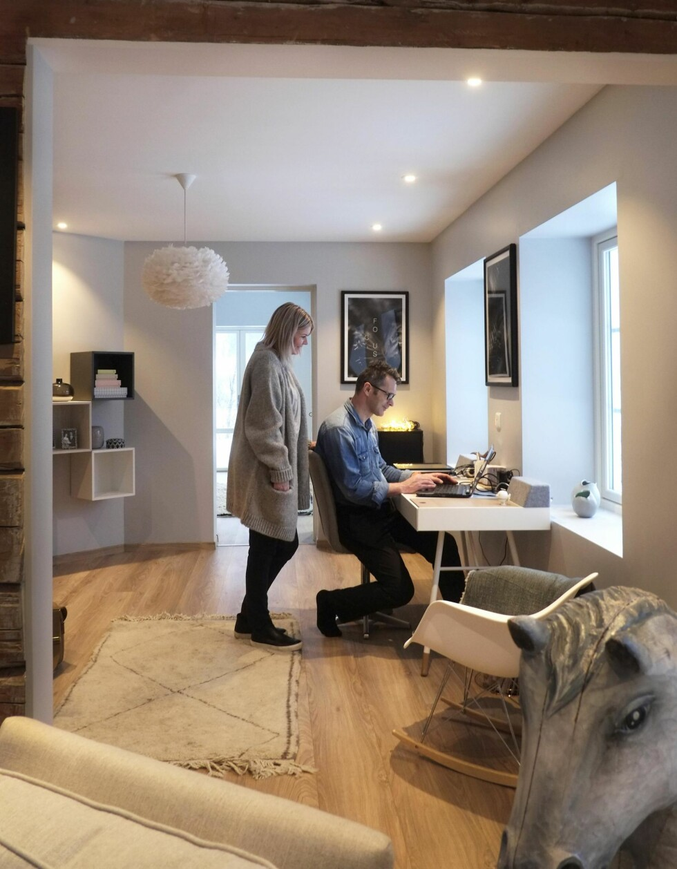 LUFTIG KONTOR: Det er kjekt å ha en liten kontorkrok sentralt i huset der hele familien kan sitte og jobbe. Kontoret ligger mellom stua og biblioteket, som skimtes innerst. Foto: Hege Landrø Johnsen