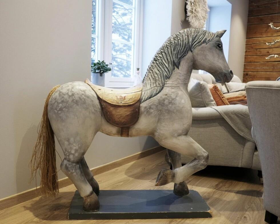 ITALIENSK TREHEST: Hesten matcher interiøret, og det er mulig å sitte på den. Anne Britt falt for den da de var på reise i Milano. Foto: Hege Landrø Johnsen