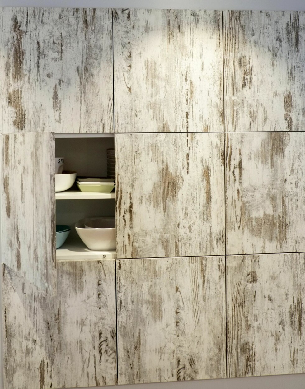 ENKELT OG STILRENT: Det ser ut som fliser, men er skapdører på kjøkkenet, fra Fossline. Foto: Hege Landrø Johnsen