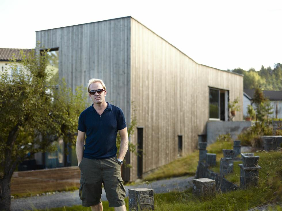 MALER PÅ HOLMLIA: Fra det moderne atelieret på Holmlia har Henrik Placht utsikt over Oslofjorden.  Foto: Torjus Berglid