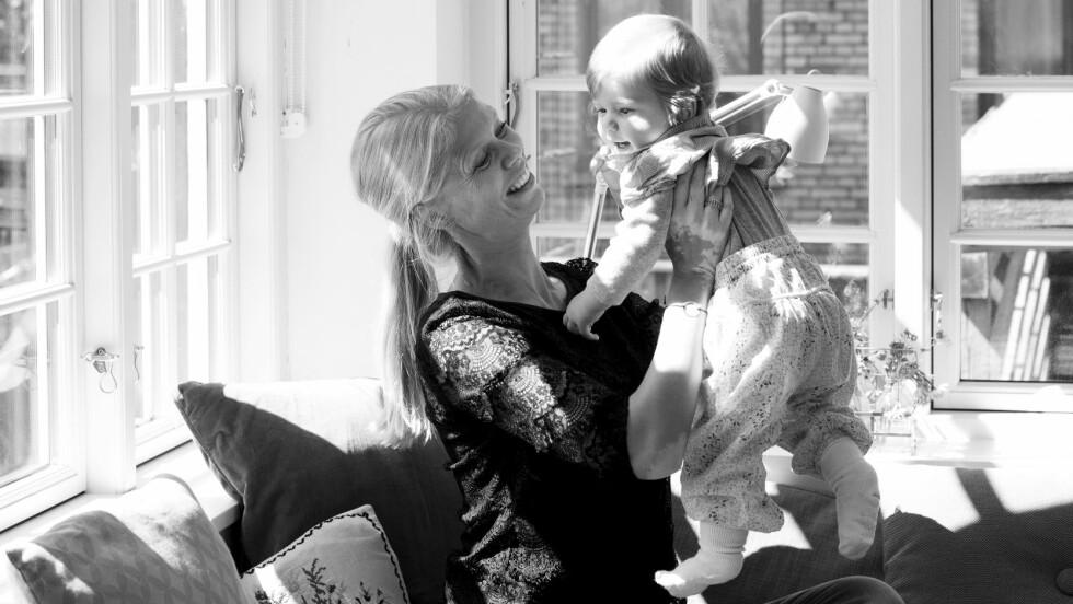 MER TID: Louise har tatt konsekvensen av sin anger og bruker mye mer tid på sitt yngste barn enn da de eldste var små.  Foto: All Over Press