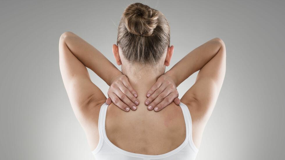 STIV NAKKE: Sammen med blant annet hodepine og feber er nakkestivhet et symptom på hjernehinnebetennelse.  Foto: Scanpix