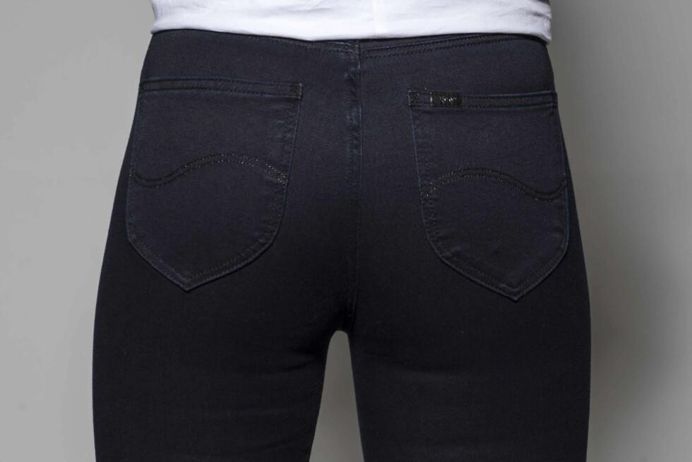 <strong>MØRK VASK OG STORE LOMMER:</strong> Dersom du ønsker å få rumpa til å se mindre ut, bør du gå for et par jeans med mørk vask og store lommer. Foto: Solveig Selj