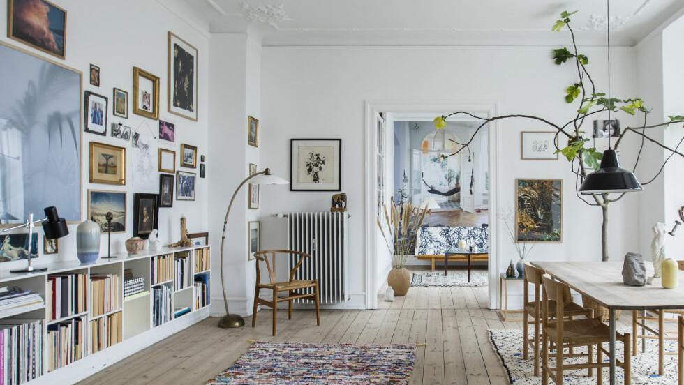TRENDY ROM: Et rom som nesten blir et galleri. Kunst fra Another Ballroom.  Foto: Produsenten
