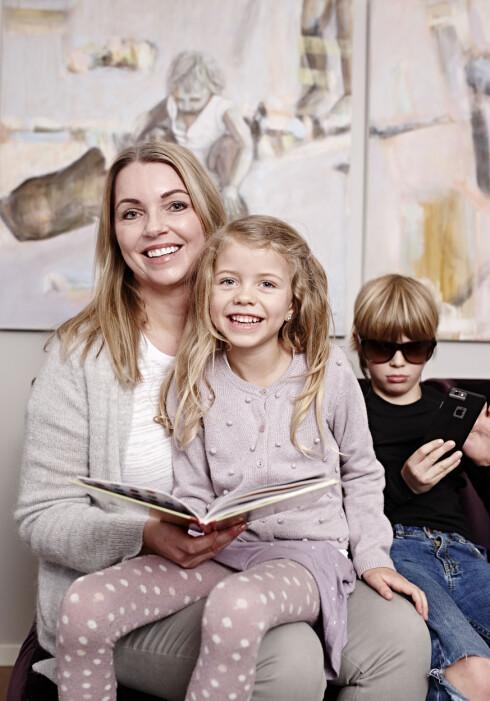 KVALITETSTID: Sølvi koser seg med barna Lise Sofie og Carl Fredric. Mamma synes mobilen er en uting, men sønnen er ikke helt enig i det. Foto: Geir Dokken