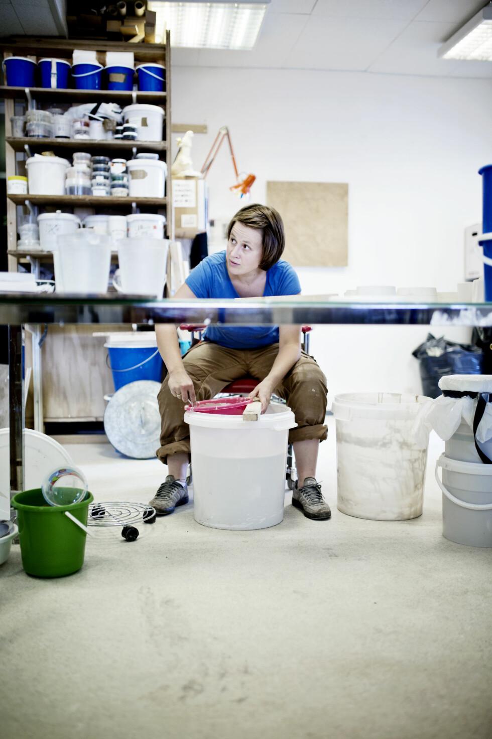 EKTE KJÆRLIGHET: Ann Kristin forteller at det er kjærligheten til materialene og ønsket om å beherske noe perfekt med hendene som driver henne som kunstner. Foto: Marte Gjærde