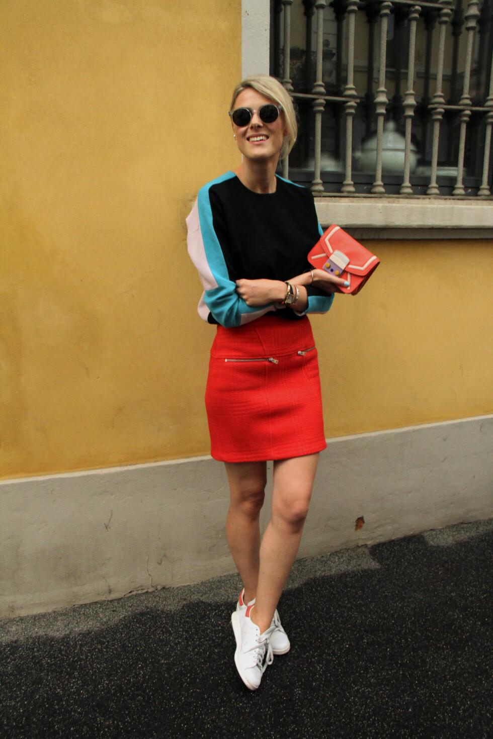 MINISKJØRT: Vi elsker denne fargesprakende looken fra blogger Sofie Valkiers. Foto: DPA