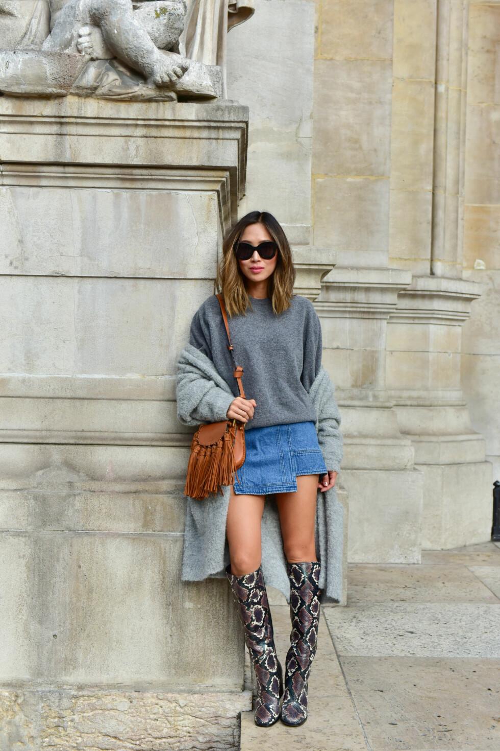 DENIMSKJØRT: Aimee Song kombinerer denimskjørtet med superkule boots, en tjukk genser og en kardigan! Så enkelt og så kult. Foto: DPA