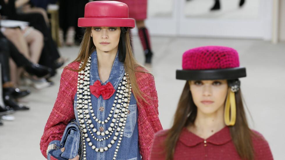 CHANEL: Nesten alle modellene bar disse spesielle hattene under visningen til Chanel.  Foto: Reuters
