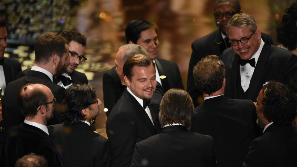LEONARDO DICAPRIO: Endelig var det 41-åringens tur til å bli hedret under Oscar-utdelingen. Her har han akkurat mottatt prisen for «årets beste mannlige skuespiller i en hovedrolle» for Hollywood-filmen «The Revenant». Foto: NTB Scanpix