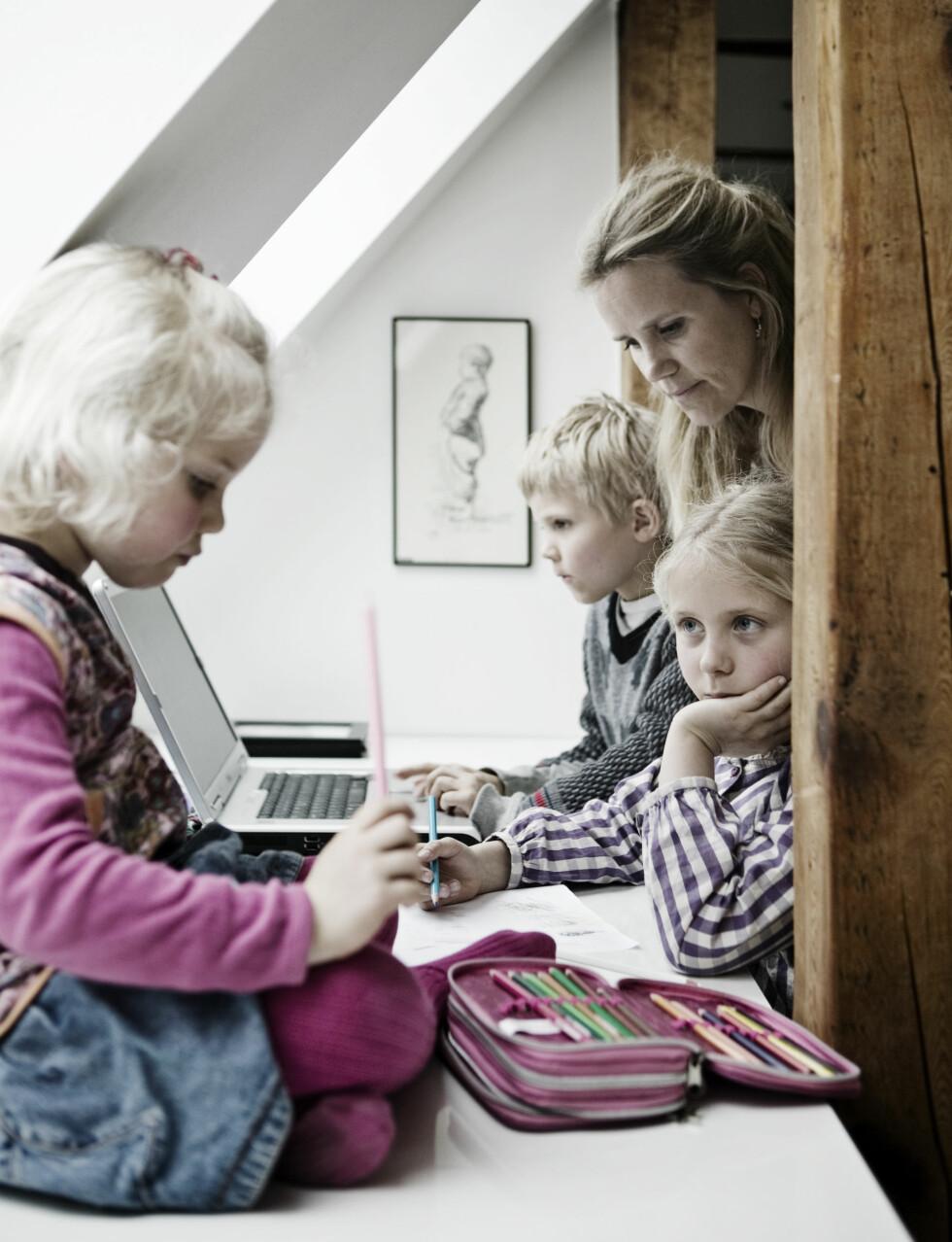 OMBYGGET LÅVE: I en ombygget låve som opprinnelig tilhørte et landsted iKøbenhavn, bor Helen og Ole Berg med Ida, Jens og Ingrid på ni, sju og fem år. Huset er på 250 kvadratmeter fordelt på to etasjer.  Foto: Kira Brandt/House of Pictures