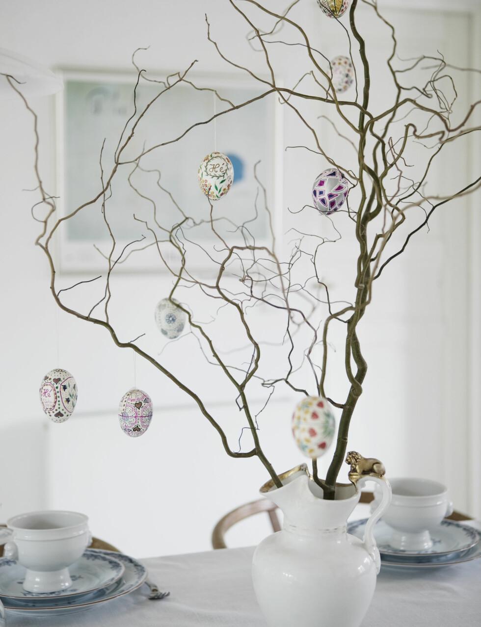 ENKEL DEKOR: Så sart og så enkelt med dekorative greiner og nydelige, håndmalte egg Foto: Kira Brandt/House of Pictures
