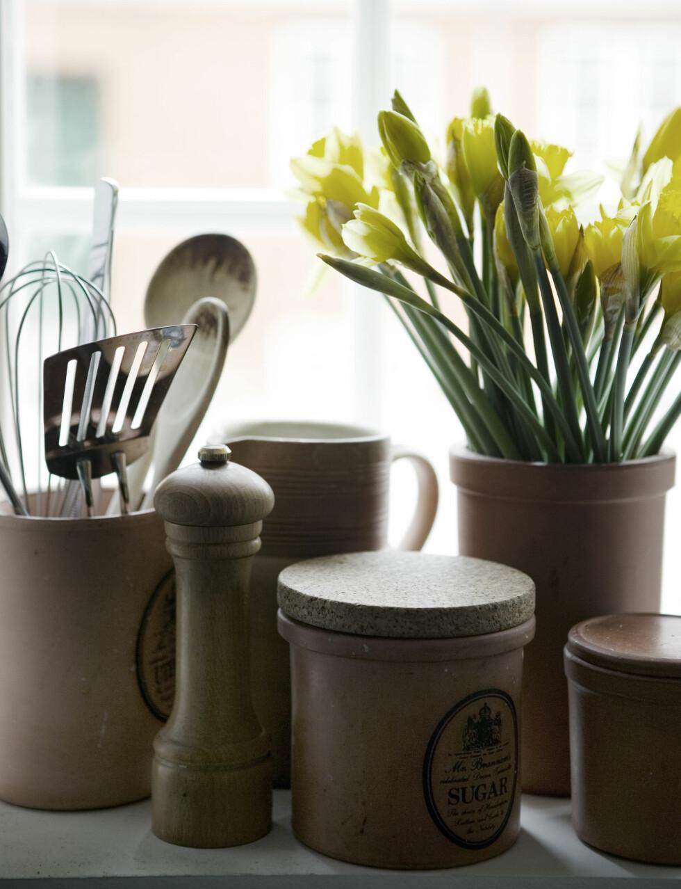 PYNT I VINDUET: De dype vinduspostene gir god plass til samlingen av krukker og vaser Foto: Kira Brandt/House of Pictures