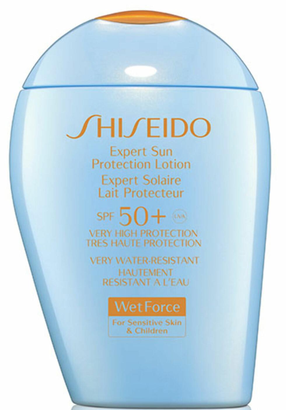 Med ny ioneteknologi som gjør at fuktighet og svette får kremen til å sitte bedre på huden (kr 470, Shiseido, Expert Sun Protection Lotion SPF 50+). Foto: Produsenten