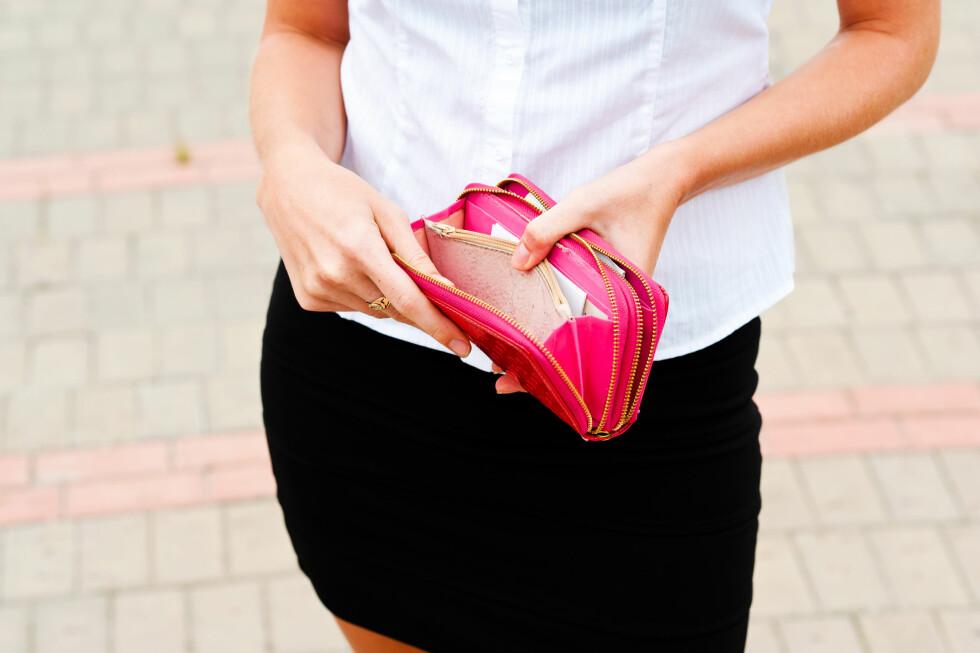 KUTT NED PÅ KOSTNADER: Det er lett å glemme alle de små utgiftene som kan utgjøre en stor del av hvorfor lommeboka bare blir tynnere og tynnere. Foto: Shutterstock / quadshock