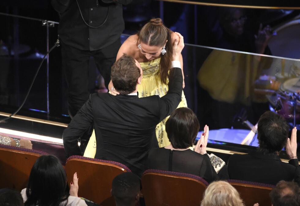 <strong>GRATULERTE KJÆRESTEN:</strong> Til tross for at Alicia Vikander og Michael Fassbender (som har tatt pause fra filminnspilling i Oslo) ikke lot seg fotografere sammen på rød løper under Oscar-festen, klarte de ikke å skjule forelskelsen. Her gratulerer han kjæresten med sin første Oscar. Også han var nominert - i kategorien årets mannlige hovedrolle - men den gikk til Leonardo DiCaprio. Foto: NTB Scanpix