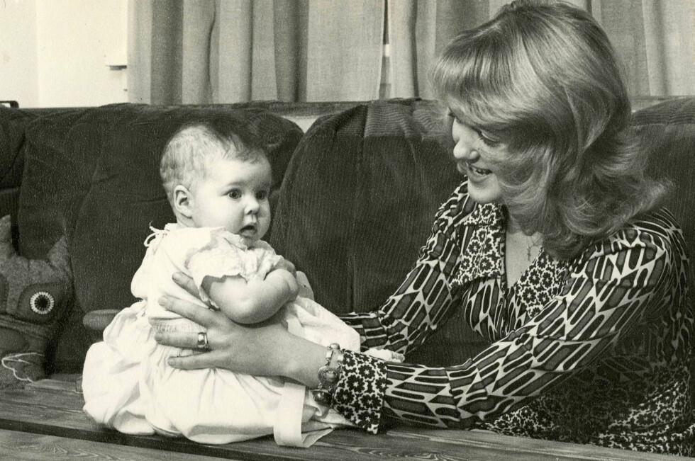 HERLIG 70-TALL: Herdis som nybakt mamma til Dora, istrøken syttitallsstil. Senere fikk hun også døtrene Bjørg og Svava.  Foto: Privat