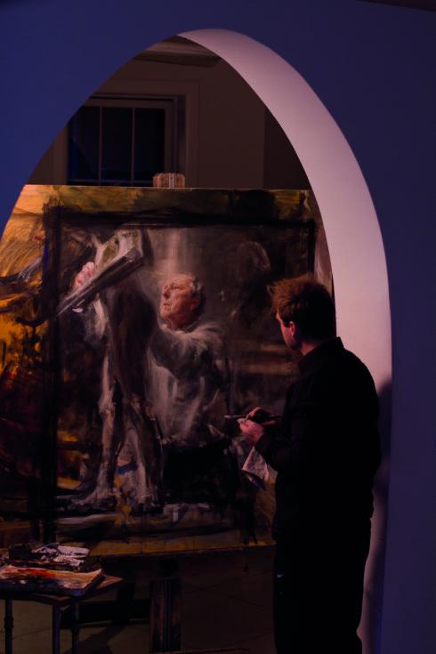 GODE VENNER: Vebjørn Sand foran sitt maleri av billedhuggeren Per Ung. - Vi hadde en helt spesiell kontakt, sier Sand.  Foto: Gudmund Sand