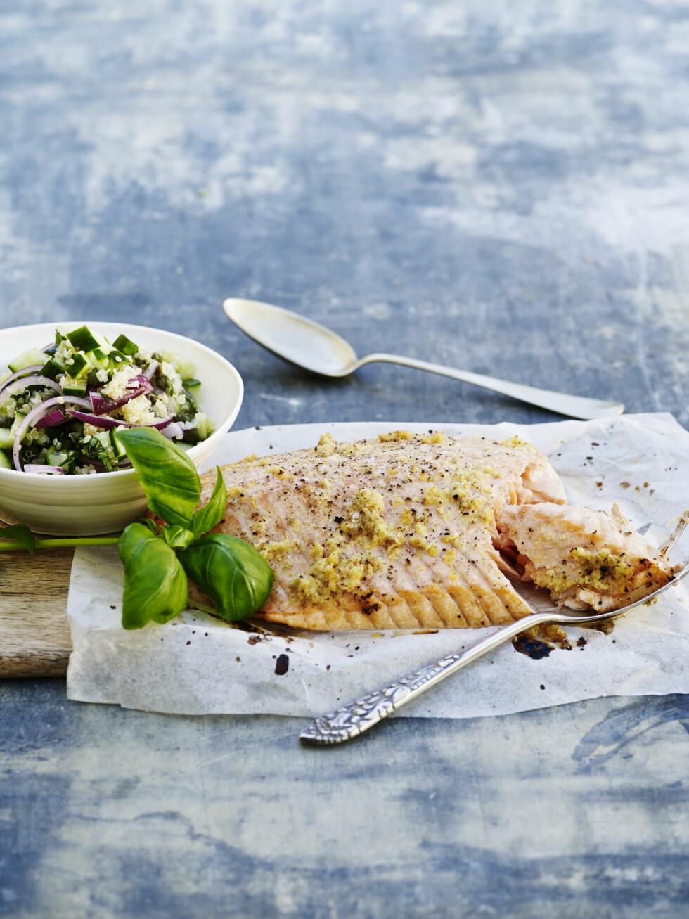 FAMILIESØNDAG: Bakt laks er sunn og lekker middag. Quinoa og laks forsyner oss med både omega 3 og proteiner og så smaker det supergodt. Foto: All Over Press