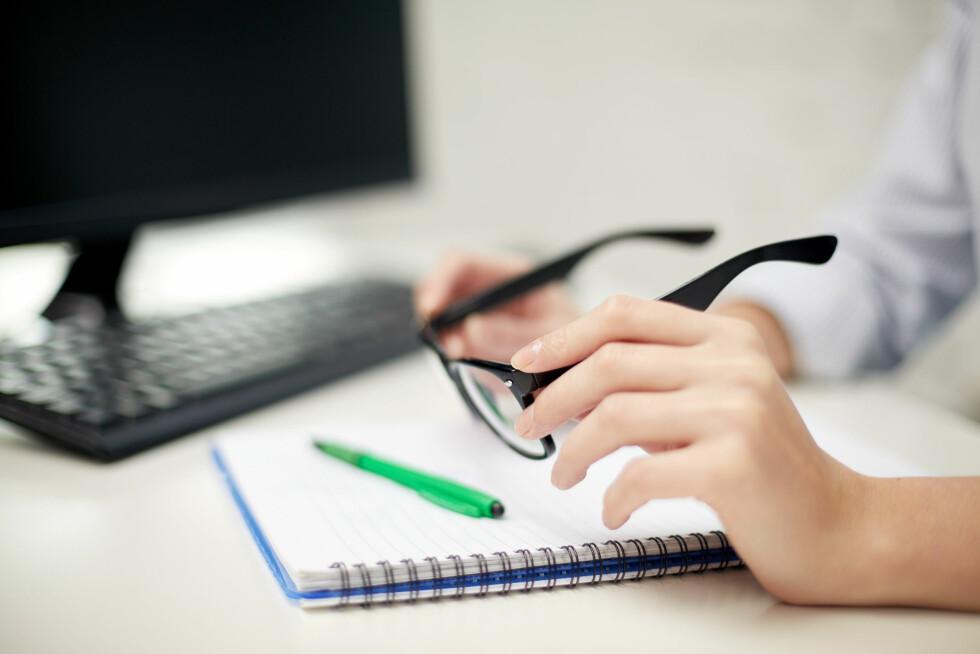 <strong>DATABRILLER:</strong> Alle over 40 år som tilbringer mye av arbeidsdagen foran datamaskinen bør ta en synstest for å sjekke om de trenger databriller. Foto: Shutterstock / Syda Productions