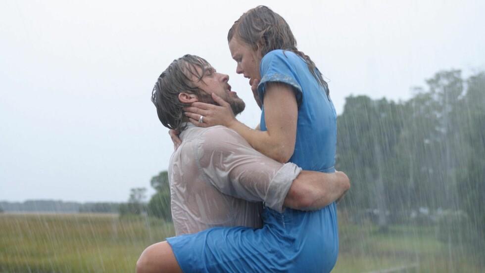 IKONISK: Ryan Gosling og Rachel McAdams kyss i regnet i «The Notebook» er et fantastisk filmøyeblikk, men det var langt ifra god stemning mellom de to når kameraene var skrudd av. Foto: Scanpix