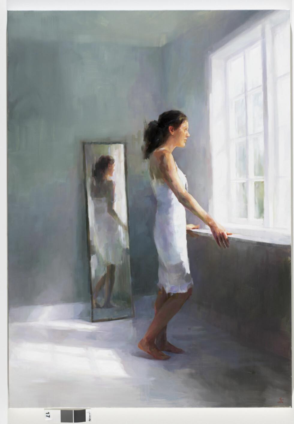 STÅR MODELL: Fordi hun oftest maler på natten, må Camilla Grythe bruke seg selv som modell i mange av bildene sine.  Foto: Anne Vesaas