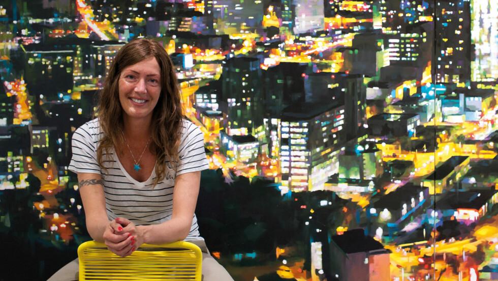 LYS OG FARGER: For Camilla Grythe handler det i stor grad om å fange lyset som ikke lar seg fange i maleriene sine.  Foto: Anne Vesaas
