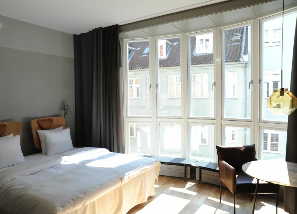 MINIMALISTISK: Rommene på Hotel SP34 er stilrene og minimalistiske, men har likevel en hjemmekoselig sjarm ved seg. Foto: Hotel SP34