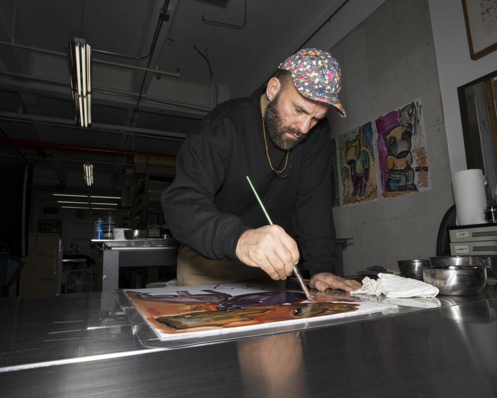 JOBBER KONSTANT: - Jeg tegner hele tiden, jobber med farger, maler. Det er ikke sånn at inspirasjonen kommer som et lynnedslag, sier Bjarne Melgaard. Foto: David Oramas
