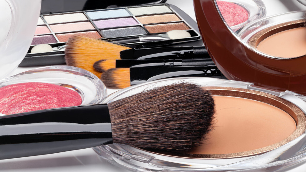 Å legge makeup med gode sminkekoster, kan faktisk være avgjørende for hvor fornøyd du blir med resultatet. Foto: Shutterstock / gresei