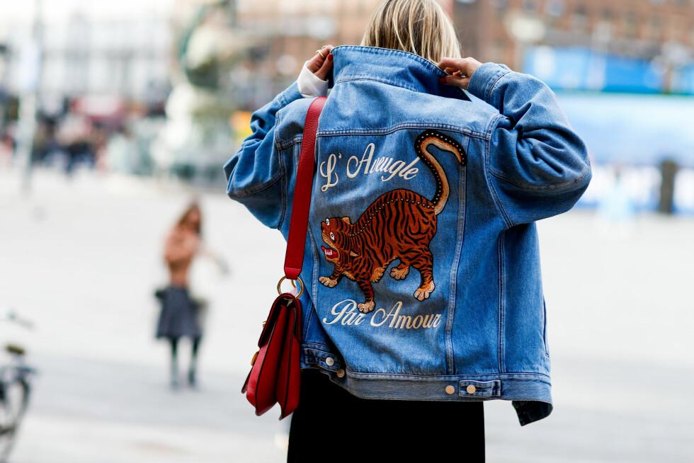 <strong>JAKKE MED PRINT:</strong> Den norske bloggeren Celine Aagaard hadde på seg denne superkule jakken under moteuken i København. Foto: Abaca