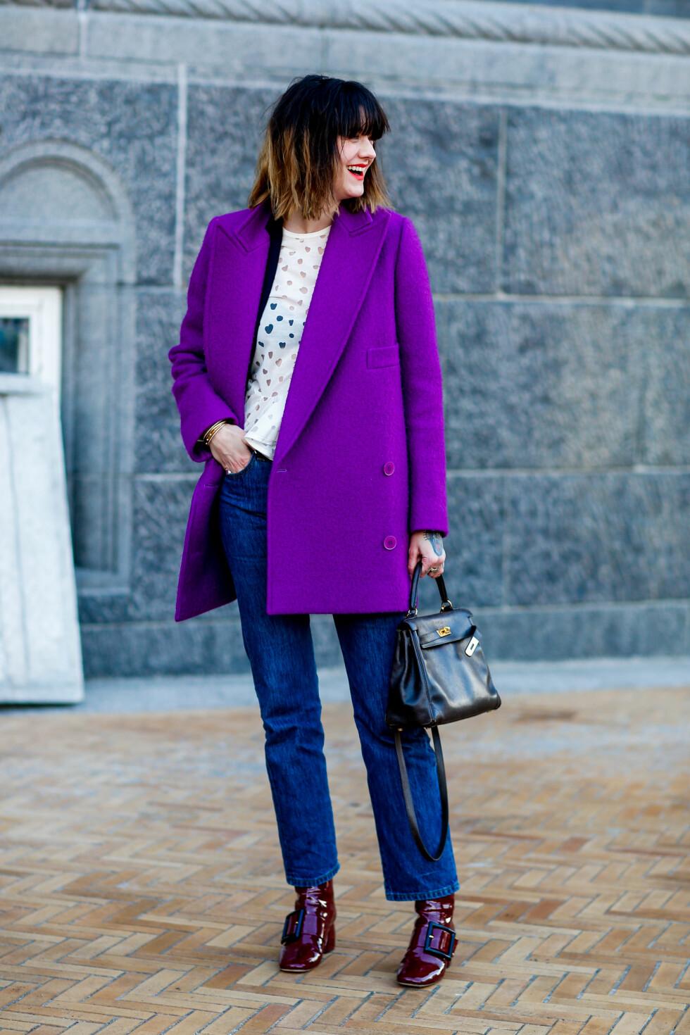 STERKE FARGEKOMBINASJONER: Norske Marianne Theodorsen bruker sin superkule lilla jakke sammen med jeans, ankelstøvletter i en burgunder/lilla tone, en detaljert topp og knallrøde lepper! Foto: Abaca