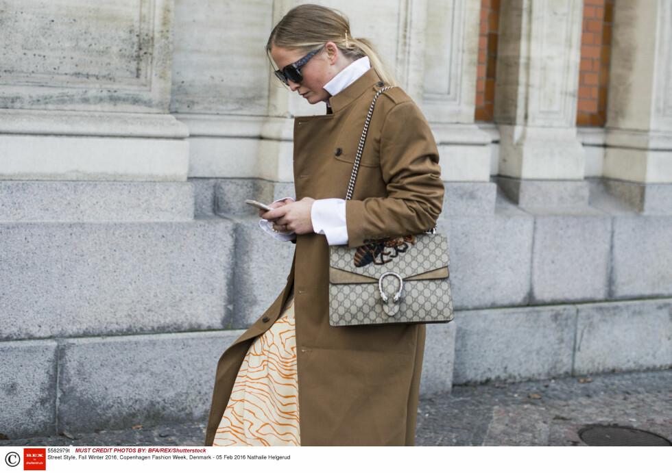 MØNSTER: Nathalie Helgerud har både print på kjolen og vesken og tilfører antrekket sitt det lille ekstra! Foto: Rex Features