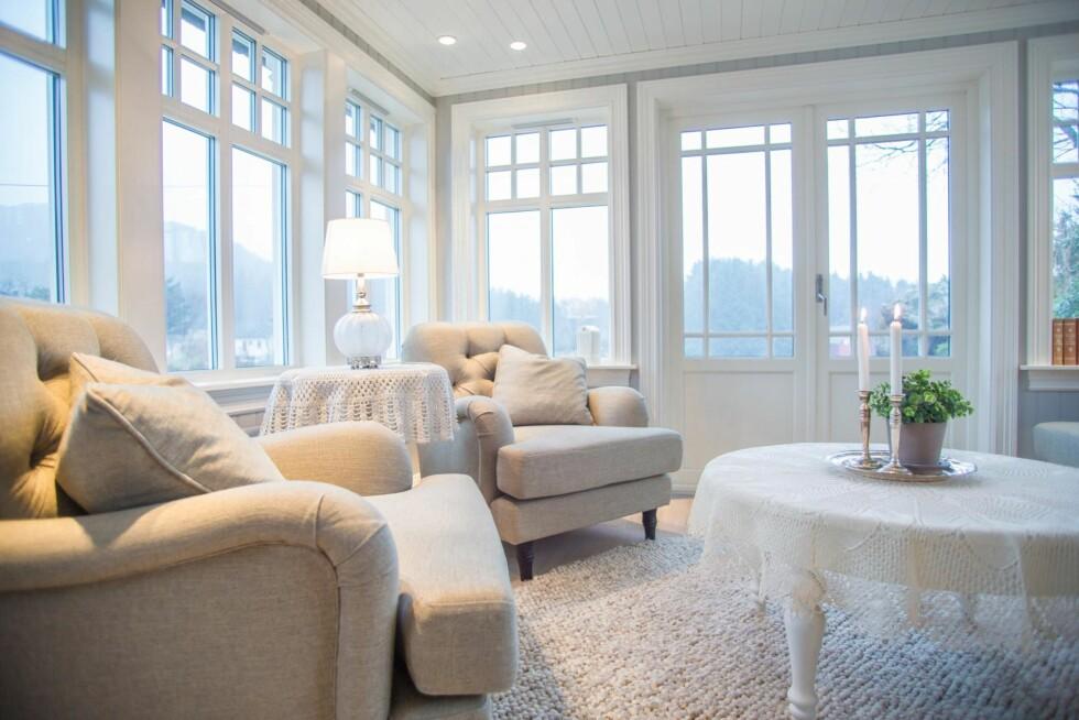NYTT TILBYGG: Glasstua har utsikt mot sundet. Vinduene er fra Frekhaug Vinduet AS utenfor Bergen. Møblene er fra Englesson og Ikea. Foto: Siv-Elin Nærø