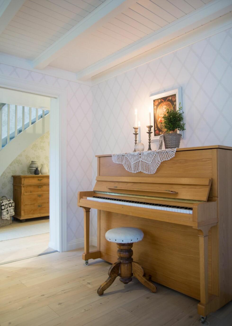 ÅRGANGSTONER: Pianoet er arv fra foreldrene til Marianne. Hun spiller til husbruk. Foto: Siv-Elin Nærø