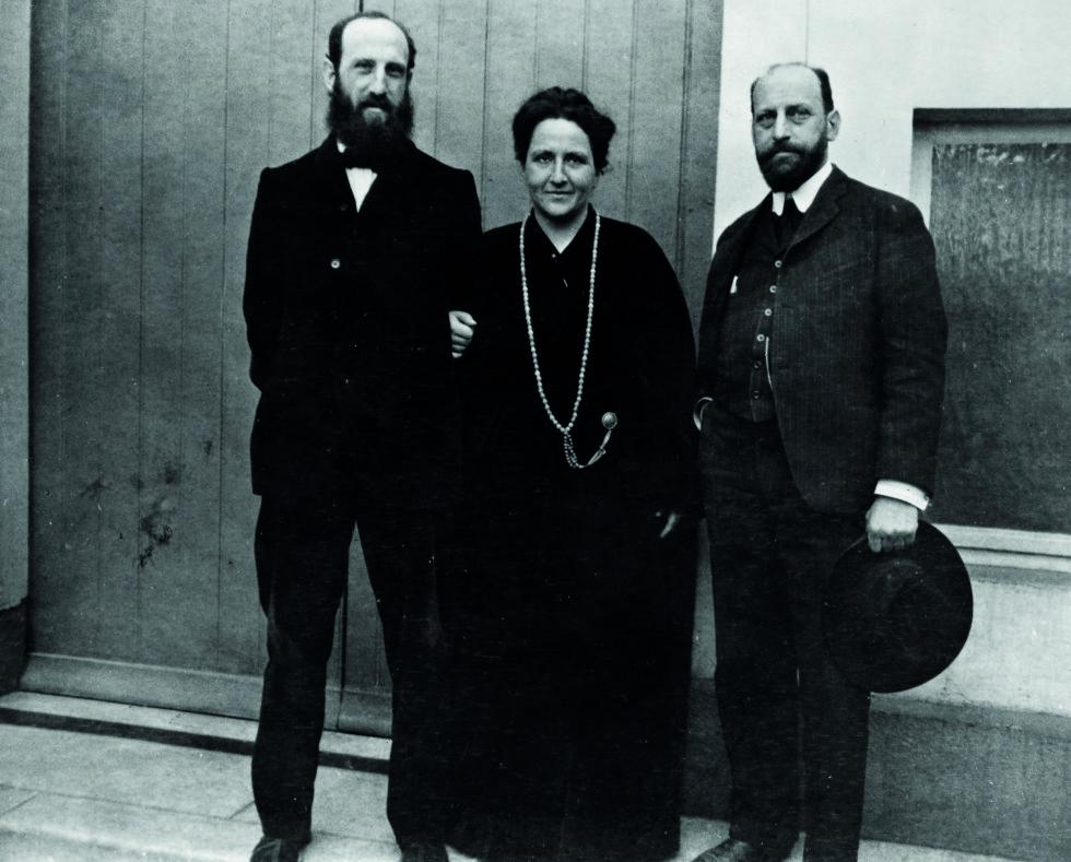 TO BRØDRE: Gertrude Stein med brødrene Leo (til venstre) og Michael i 1906, utenfor huset i Paris.  Foto: The Granger Collection