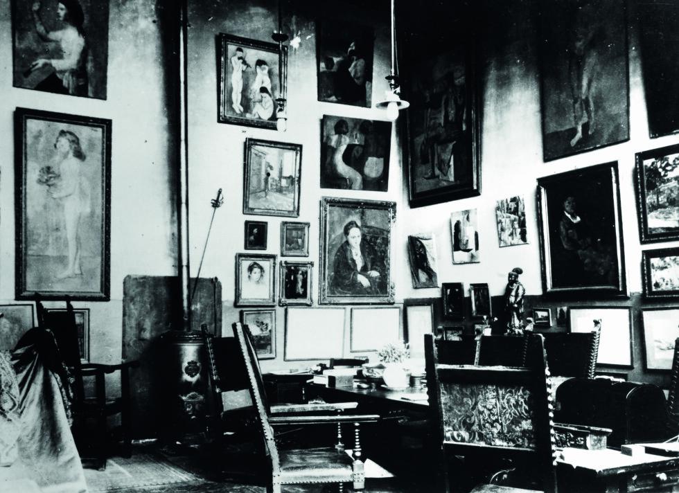 KUNSTNERHJEM: Slik så det ut i 27 Rue de Fleurus i 1915. Kunst dekket alle vegger i leiligheten i Paris.  Foto: The Granger Collection