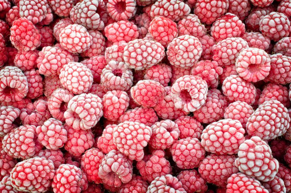KAN BLI SYK AV FROSNE BÆR: Bær som er importert fra varmere land kan inneholde bakterier, parasitter og virus, og bør derfor kokes før bruk.  Foto: Shutterstock / Alesikka