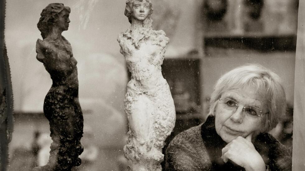 DRIFTIG DAME: Nina Sundbye har skapt nærmere 70 portretter gjennom sitt liv som skulptør.  Foto: Morten Krogvold