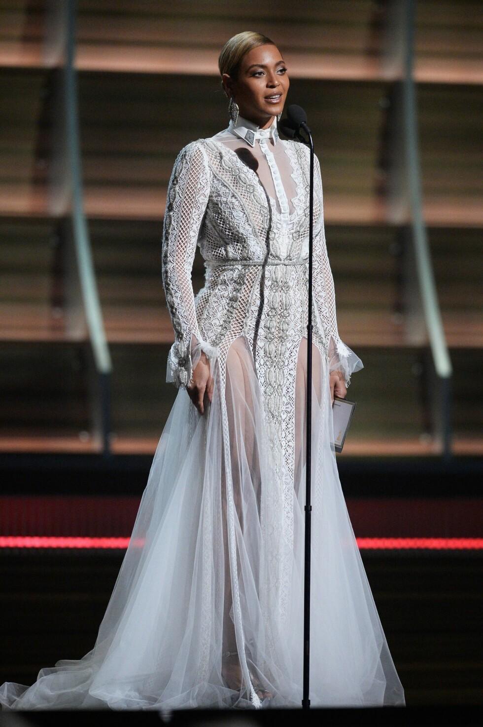 BRUDEKJOLE PÅ GRAMMY AWARDS: Hva med å gjøre som Beyonce og gå med en brudekjole neste gang du skal på en stivpyntet fest? Foto: Afp