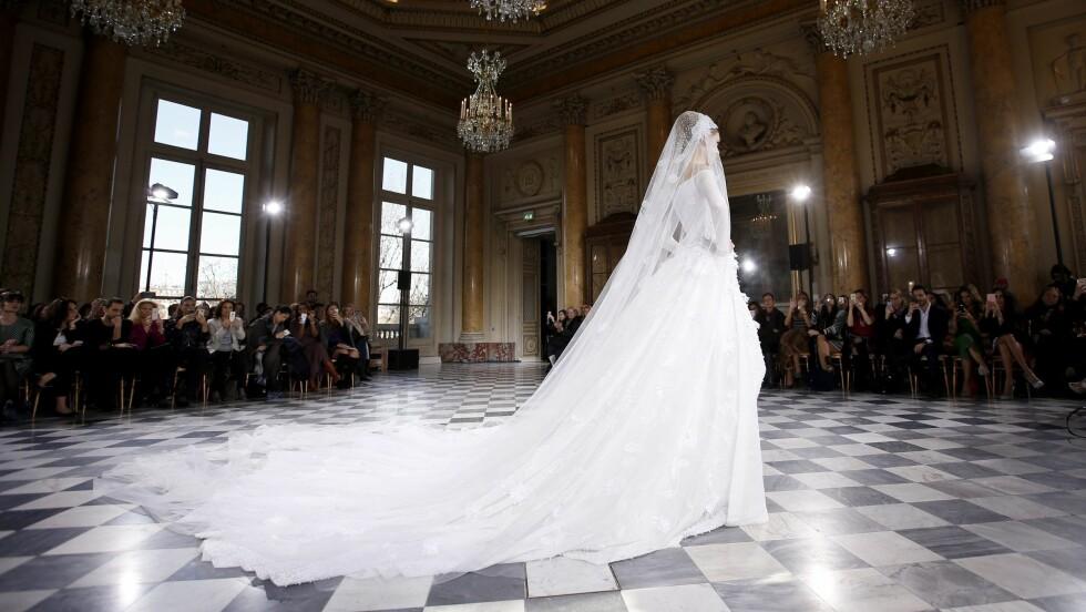 BRUDEKJOLEN: Et av de viktigste plaggene mange av oss har planer om å kjøpe en gang, eller hva? I et hav av brudekjoler, hva er det DU vil ha? Ta en titt på brudekjoletrendene fra New York Fashion Week nederst i saken. Foto: Epa