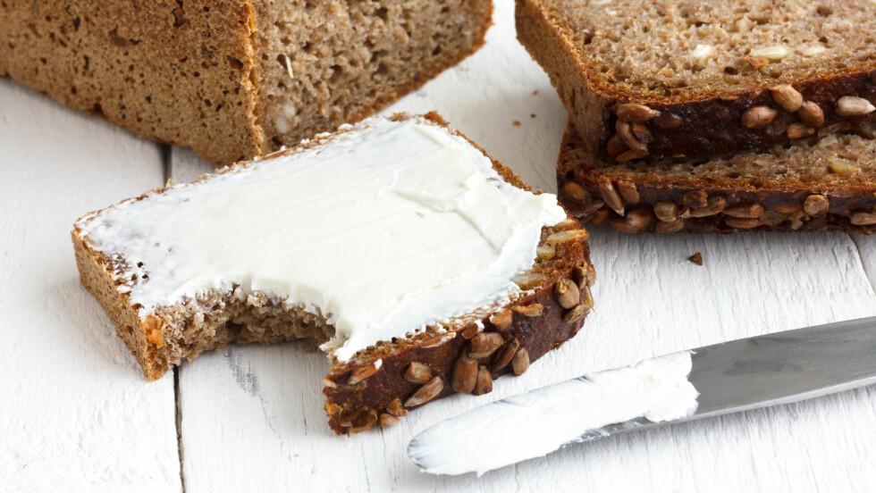 <strong>VELG GROVT:</strong> Det anbefaler ekspertene. Men skal vi kjøpe brød i butikken, anbefaler ernæringsfysiolog Mari Eskerud at vi velger produkter med minst mulig salt. En pekepinn kan være nøkkelhullsmerket. Men aller best er det jo å bake selv. Foto: MovingMoment - Fotolia