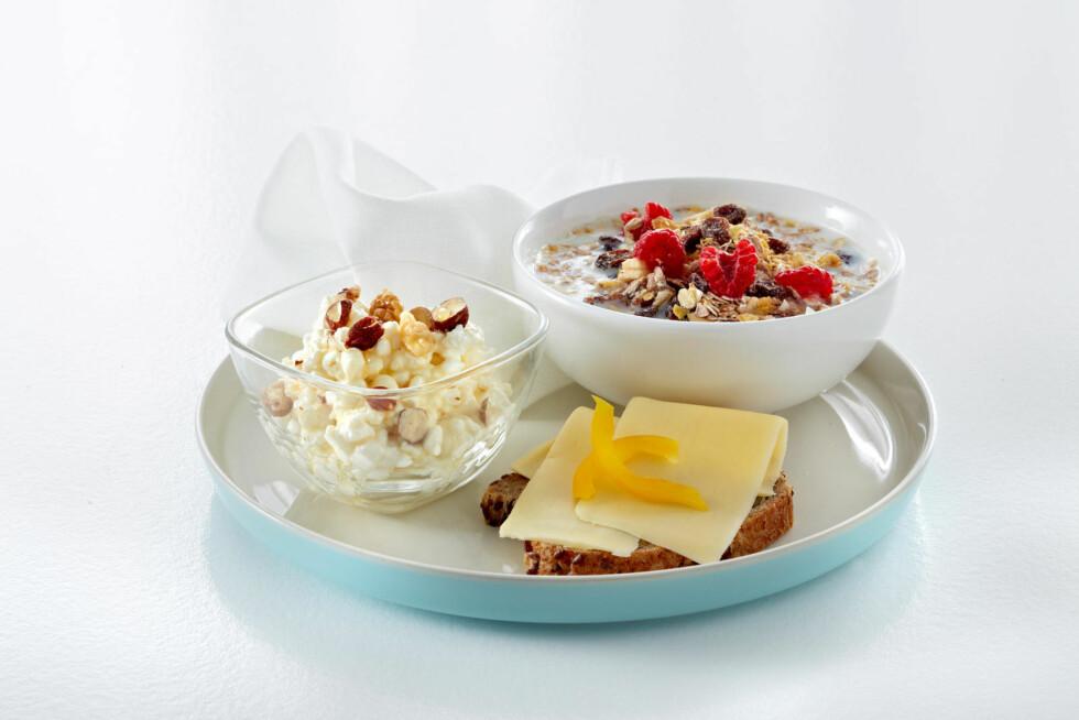 TRE OM DAGEN: En skål med cottage cheese, en skål frokostblanding og en brødskive med to osteskiver.  Foto: Melk.no