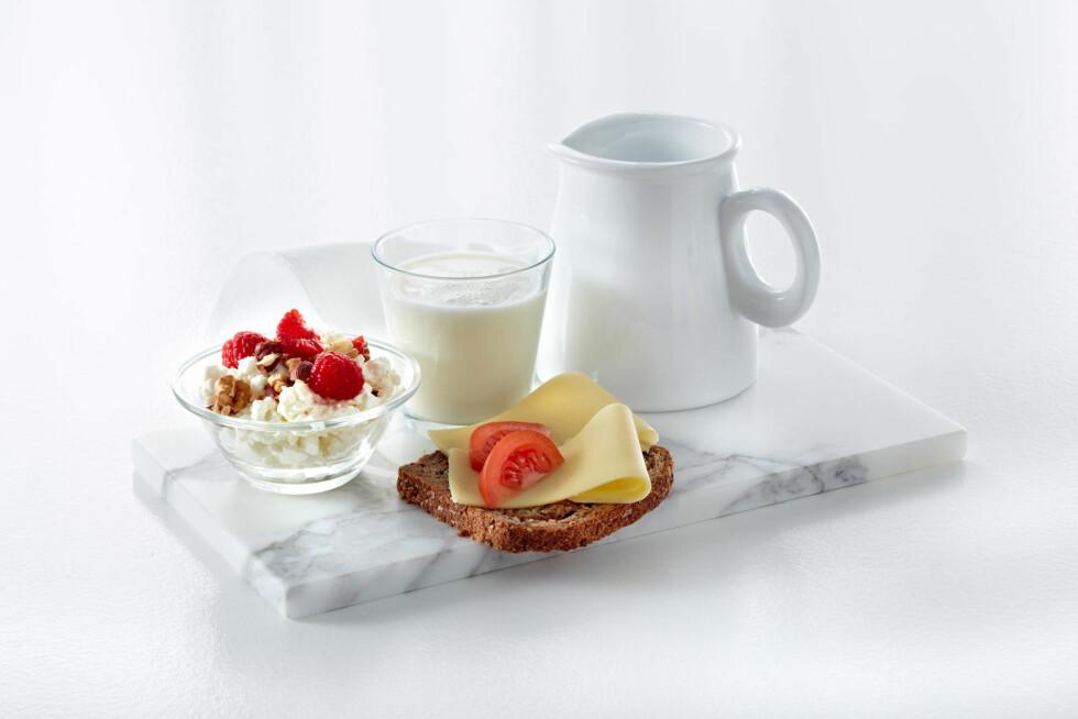 TRE OM DAGEN: Et glass melk, en skål cottage cheese og en brødskive med ost.  Foto: Melk.no