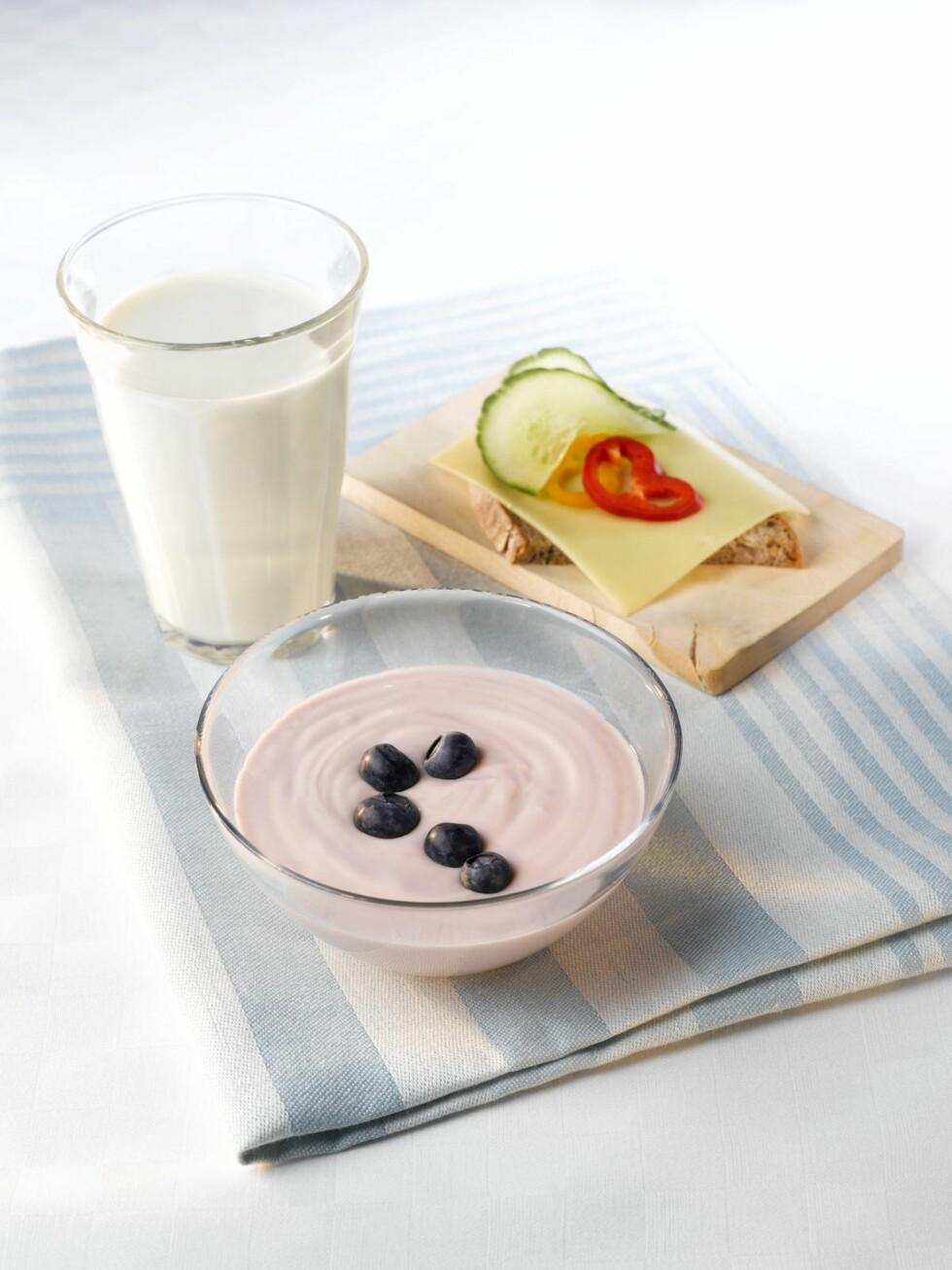 TRE OM DAGEN: Et glass melk, en brødskive med ost og en skål yoghurt.  Foto: Melk.no