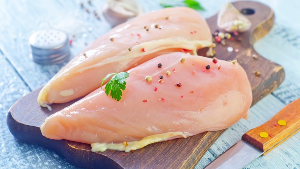 RÅ KYLLING: Det er viktig å ha god kjøkkenhygiene når du tilbereder rå kylling, da det kan inneholde bakterier som du kan bli syk av.  Foto: Shutterstock / Gayvoronskaya_Yana